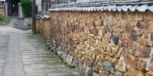 Стена тонбай-бэй в городе Арита