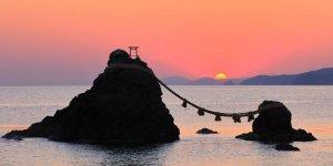 Священные скалы Мэото-ива