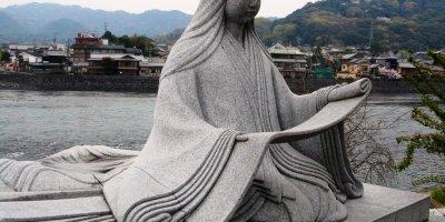 Статуя Мурасаки Сикибу