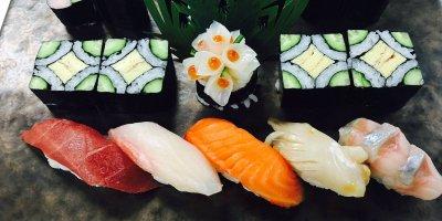 Улица с ресторанами суши