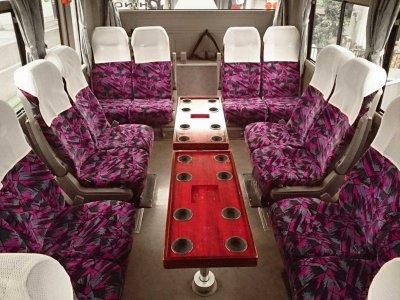 Салон со столиком среднего автобуса (27-28 мест)