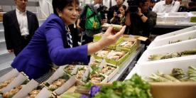 Рыбный рынок Тоёсу: губернатор Токио Юрико Коикэ посетила рынок