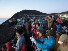 Туристы фотографируют рассвет на Фудзи сан